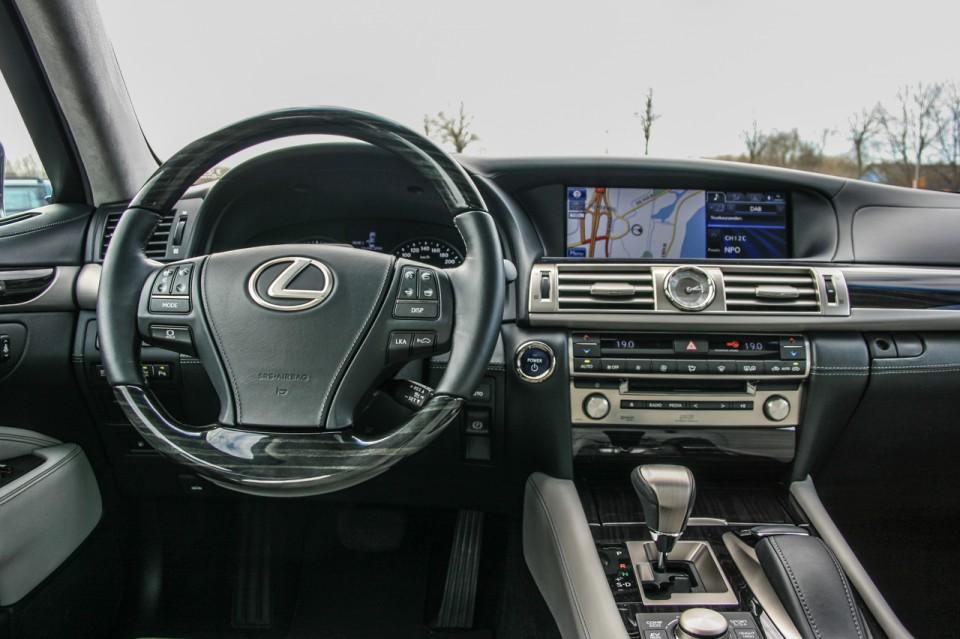 Lexus LS600h L dashboard