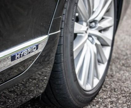 Lexus LS600h L Hybrid logo