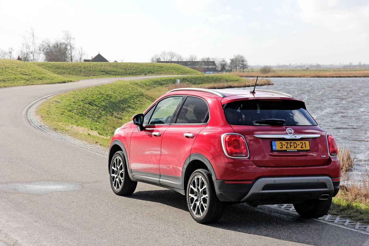 Fiat 500x cross 4x4 2015 video rijtest love at first for Fiat 500x interieur